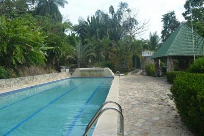 Pool measures 18mX6m (44'X18')
